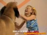 Zoofilia com cachorro uma ninfeta brincando com cão e fodendo o cuzinho em vídeo porno