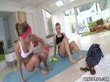 Duas Novinhas fazendo massagem erotica uma na outra