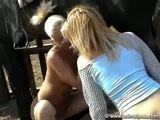 Tia tarada ensinando a sobrinha foder com cavalo