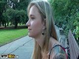Prostituta Italiana mostra os peitos no meio do parque para cliente foder