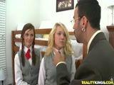 Porno com professor tarado comendo duas alunas dentro da faculdade