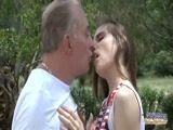 Tio come a sobrinha no meio da rua e é flagrado fazendo sexo incesto em publico
