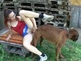 Zoofilia Novinha gostosa levando rola de cachorro em uma cena porno com cachorros
