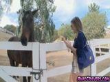 Putinha foi pra fazenda e viu pau de cavalo e ficou exitada e deu para todo mundo!