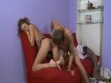 Novinha transando no sofa da sala com um video de novinha transando gostoso