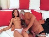Pai safado fodendo sua enteada gostosa neste video porno Incesto