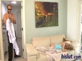 Incesto pai ve a filha deitada no sofá e não resiste ela e fode sua filha