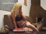 Zoofilia Loira gostosa fazendo sexo amador com cachorro vaza o Video Porno zoofilia amador