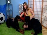 Zoofilia com Novinha fazendo sexo com seus cachorros cai na net