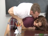 Professor safado estuprando a aluna do segundo ano arregaçando a buceta dela na sala de aula