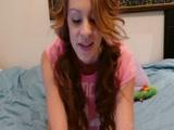 Ruivinha Novinha delicia caiu na net mostrando o rabo e a buceta na webcam