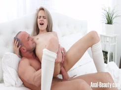 Pai safado estuprando a buceta da filha novinha no incesto amador