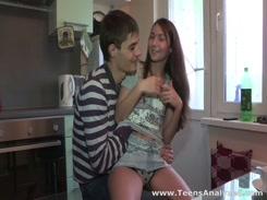 Irmão safado fazendo sexo com sua irmã novinha no video de incesto Porno