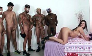 Brasileirinha puta na orgia com cinco machos dotados