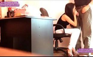 Câmera escondida flagra secretária ninfeta chupando o chefe