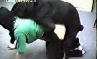 Cachorro Rottweiler preto rasga a buceta da casada na zoofilia real