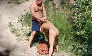 Casal é flagrado na praia escondidos praticando sexo oral