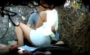 Casal jovem flagrado no matinho dando uma rapidinha ao ar livre