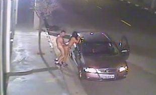 Casal maduro flagrado fazendo sexo na rua na avenida movinentada