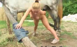 Com bumbum bem empinado loirinah arregaça a pepeca com rola do cavalo