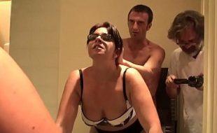 Corno filma esposa coroa com bunda empinada dando o cu para roludo