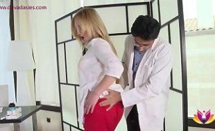 Doutor assanhado doido pra foder com sua paciente gostosa em seu consultório