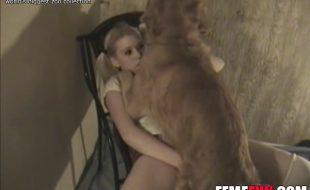 Estudante loira levanta a sainha e detona a xota com rola do cão peludo
