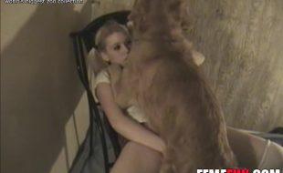 Estudante loira novinha faz sexo com cão dotado do colega