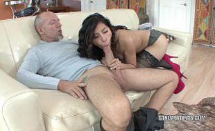 Filha chupa e faz sexo com próprio pai ganhando porra na cara