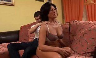 Filho realizando seu fetiche de fazer um incesto com sua mãe deliciosa