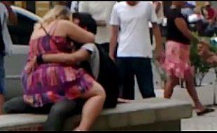 Flagra amador gordinha tarada faz sexo no banco da praça movimentada