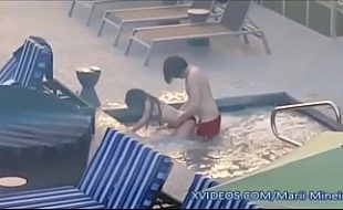 Funcionário flagra e filma namorados fodendo na piscina do clube