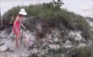Gostosa fodendo de quatro com seu cão na beira da praia