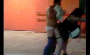 Homem é flagrado fodendo a bêbada no meio da rua depois da balada