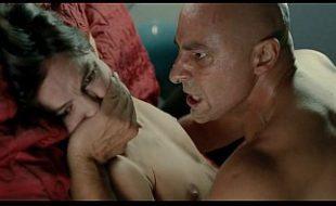 Homem tarado fode a mulher do patrão a força na cama