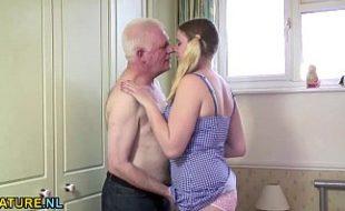Incesto netinha loirinha chupa e transa com avô idoso