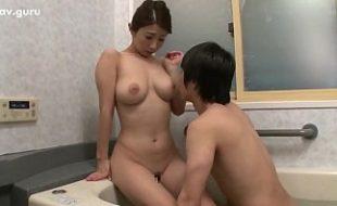 Japonesa virgem ganha chupadas nos seios e masturba namorado