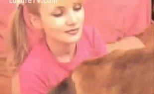 Jovem virgem chupa o cacete grande grosso e rosado de seu cachorro de estimação