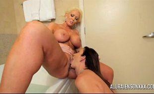 Lésbicas maduras peitudas se chupando gostoso dentro do banheiro