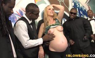 Loirinha grávida muito deliciosa fazendo uma suruba muito louca com negões