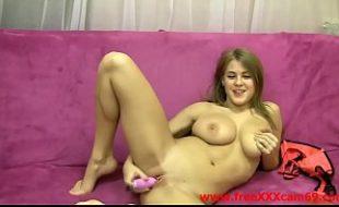 Loirinha peituda sensacional se masturba no sofa ao vivo na webcam