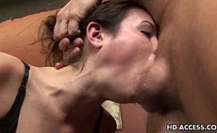 Macho dotado faz puta chupar seu pauzão a força socando até a garganta