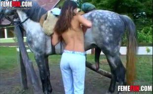 Magrinha ordinária rasga a bucetinha na foda com um cavalo