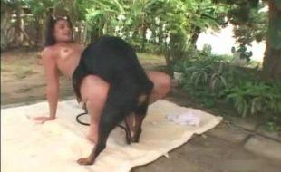 Morena bronzeada gostosa fode com cão preto pela primeira vez