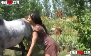 Mulata corajosa chupa e delira com pauzão do cavalo na racha apertada