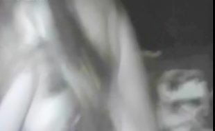 Mulher do interior mascarada gozando com pica do cão engatada na buceta