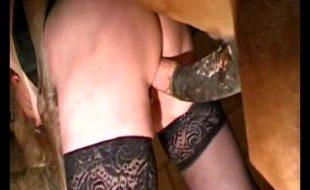 Mulher é obrigada pelo corno dar a buceta para cavalo roludo