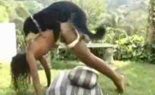 Mulheres gostosas fodendo em cenas quentes de zoofilia com dogs dotados