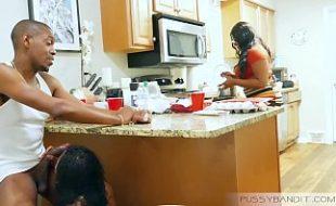 Negra vadia pagando boquete pro marido bem dotado de sua melhor amiga