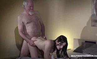 Neta moreninha do bumbum perfeito sexo com avô de barba branca